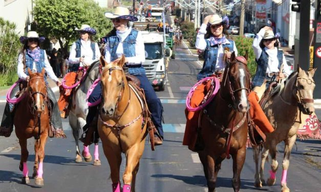 """Comitiva """"Elas no Campo"""" é a campeã do desfile de abertura da Expo Rio Verde"""